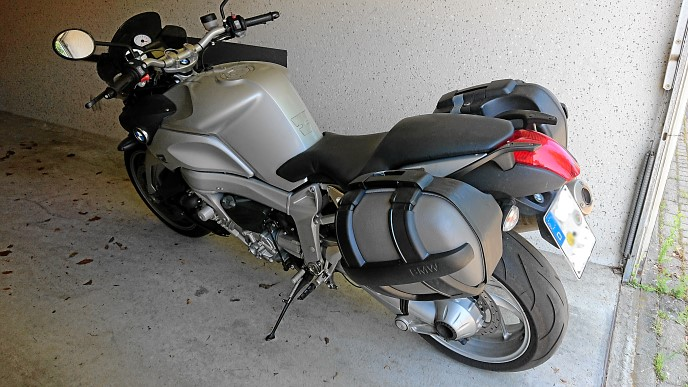 BMW K1200R in der Garage